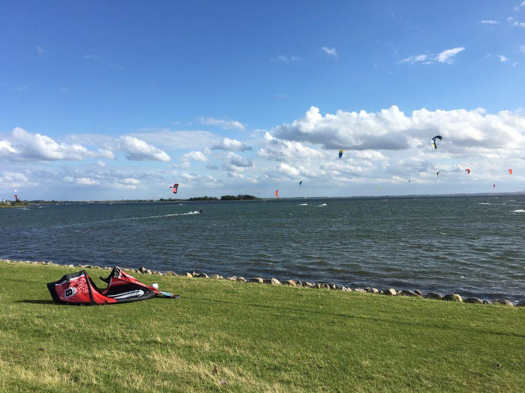 in der Bucht von Lemkenhafen sind die Kite-Surfer aktiv