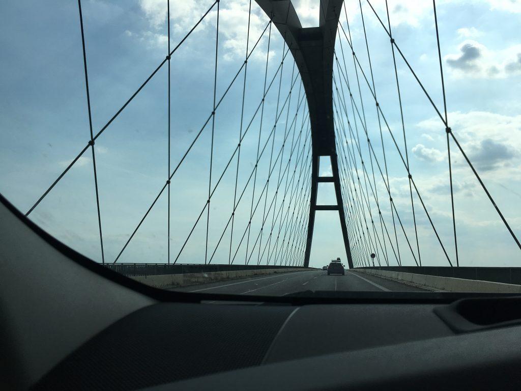 Die Fehmarnsundbrücke mit ihrer markanten Konstruktion ist ein echter Hingucker